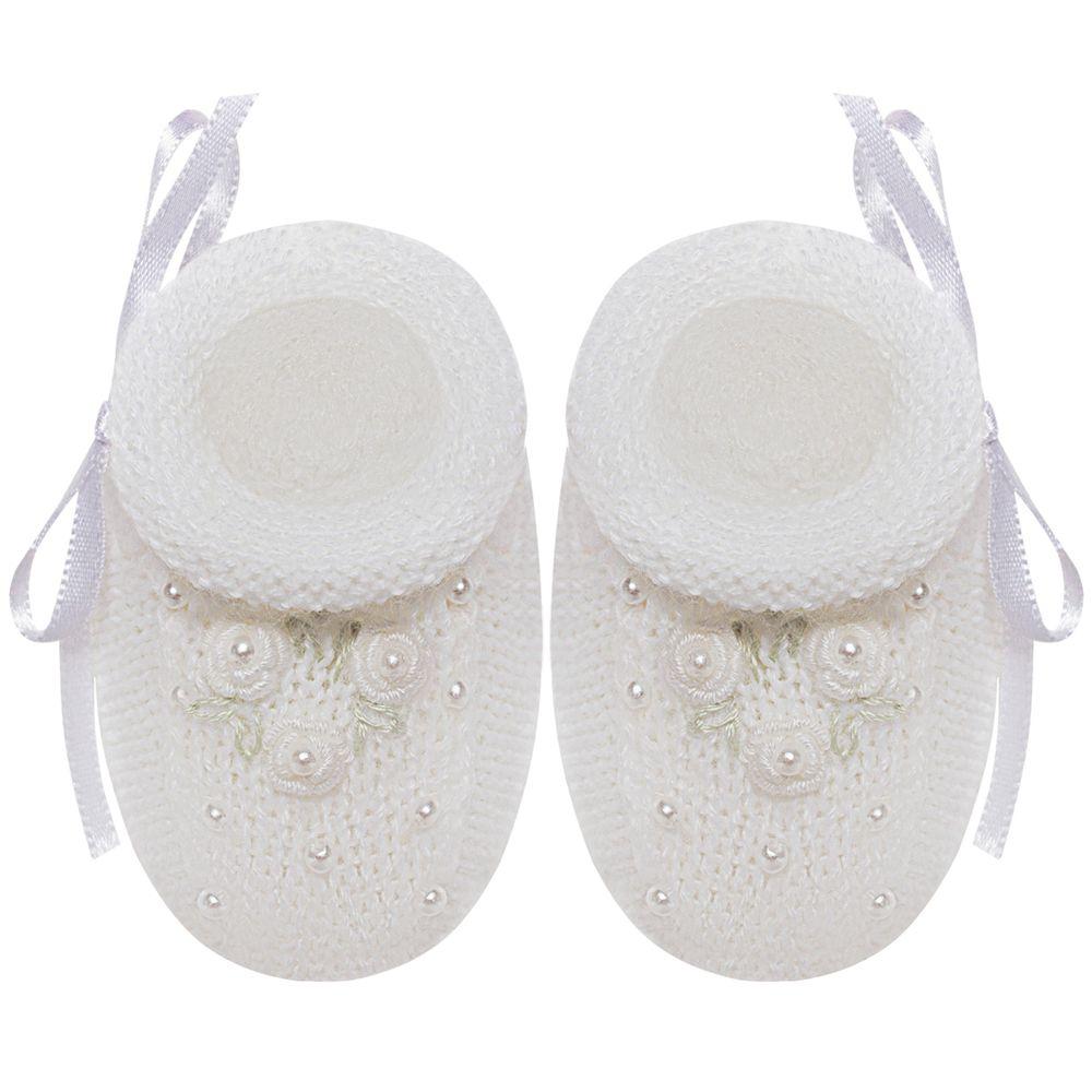 01429010001-A-sapatinho-bebe-menina-botinha-tricot-perolas-e-mini-flores-branca-roana-no-bebefacil